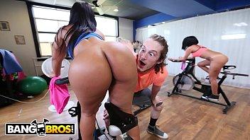 Bucetudas safadinhas da academia treinando com a ajuda de um ator porno