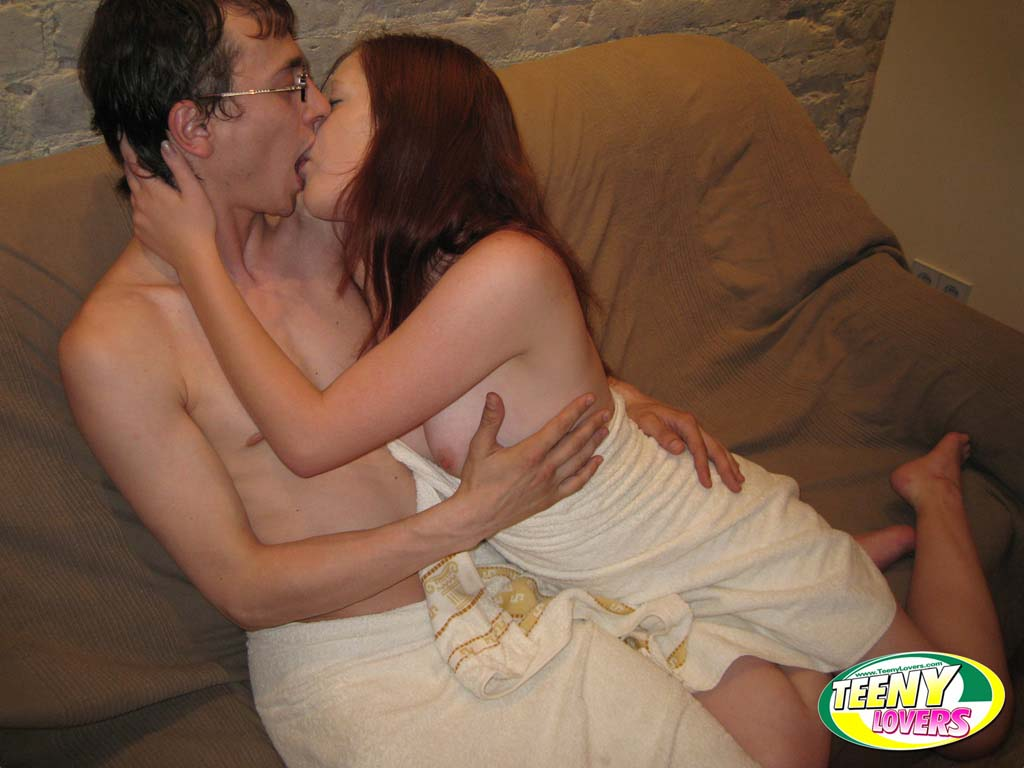Ninfetinha deliciosa mostrando sua buceta pelada em fotos de sexo