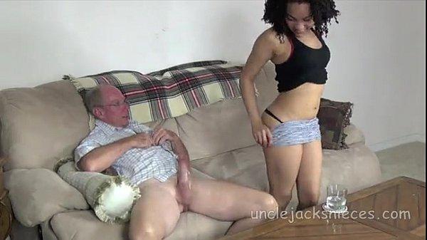 Negra gostosa dando a xota pro coroa dotado que goza muito