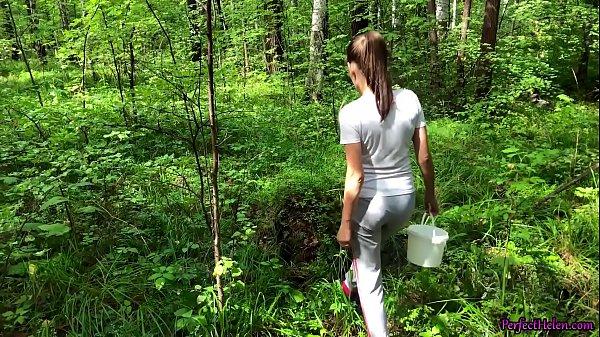 Novinha gostosa transando com o primo roludo no meio dos matos