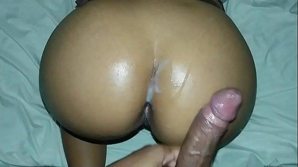 Sexo anal amador dotado comendo a puta de quatro e gozando dentro